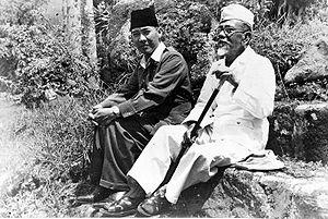 300px-COLLECTIE_TROPENMUSEUM_President_Soekarno_tijdens_een_wandeling_met_Hadji_Agus_Salim_TMnr_10018810